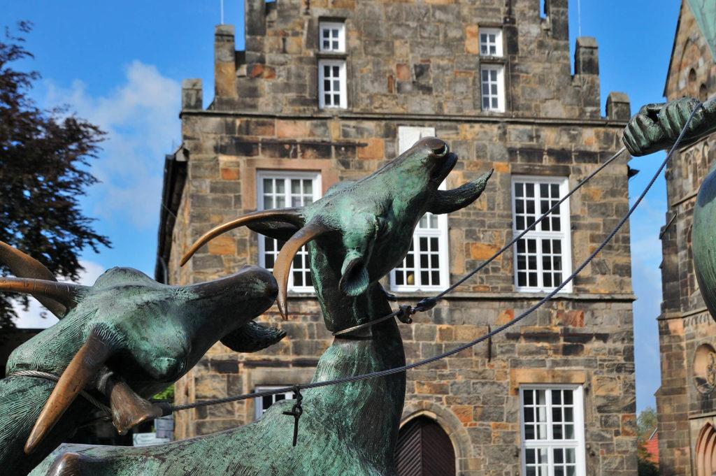 Rathaus und Ziege